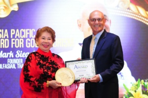 Mark Siegel receiving the Asia Pacific Golf Tourism Pioneer Award at the 2016 Asian Golf Awards